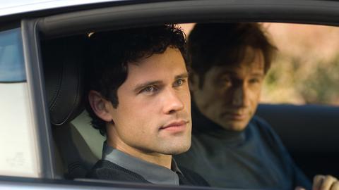 """Steve (David Duchovny, hinten) und sein """"Sohn"""" Mick (Ben Hollingsworth) begutachten ihr neues Zuhause."""