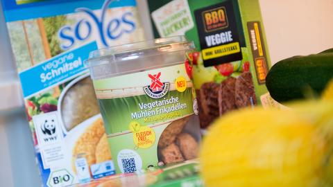 Mehrere vegetarische Fertigprodukte stehen in einem Kühlschrank.