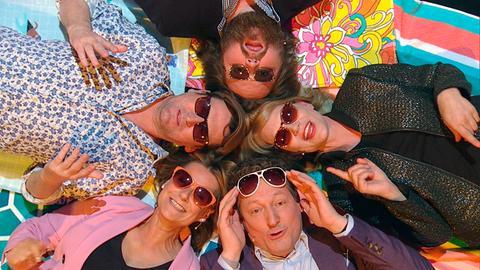Sonnenschein – Eckart von Hirschhausen (vorne), Kim Fisher, Ingo Naujoks, Antoine Monot, Jr. und Anna Loos (im Uhrzeigersinn) tanken zu Beginn der Show etwas Sonne.