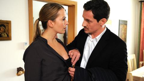 Thomas (Markus Brandl, r.) hat eine gute Idee: Uschi (Laura Osswald, l.) soll sich als Prostituierte ausgeben.