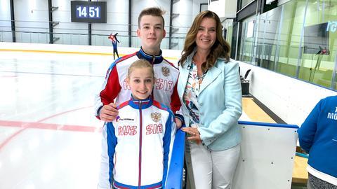 Katarina Witt ist in einem Eisstadion in St. Petersburg mit einem Eislauf-Paar, das von der verdientnen Eislauf-Trainerin Tamara Moskwina trainiert wurde.