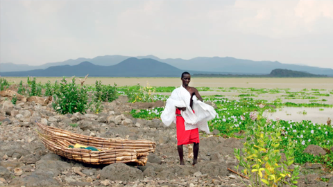 Eine Frau auf einer Insel im Baringo See.