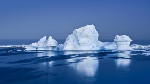 Arktisches Eis umgeben von Wasser