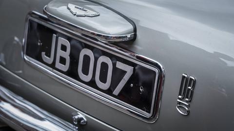 Heckansicht eines Aston Martin DB5 mit Kennzeichen JB 007
