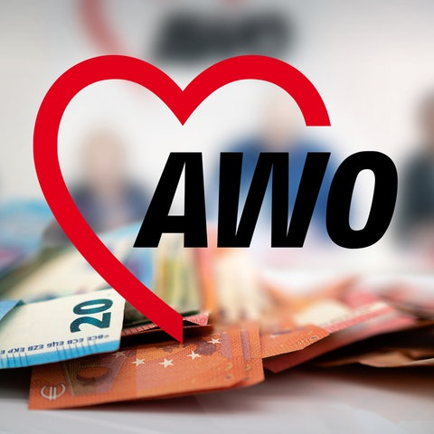 Ein Schild der AWO vor einem Haufen Geld
