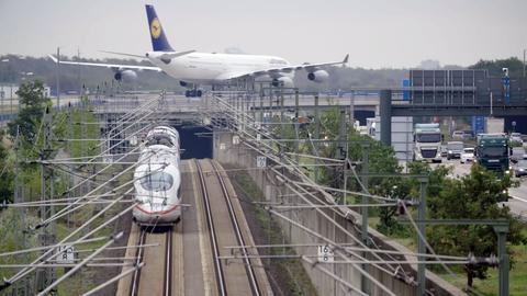 Ein Zug am Flughafen