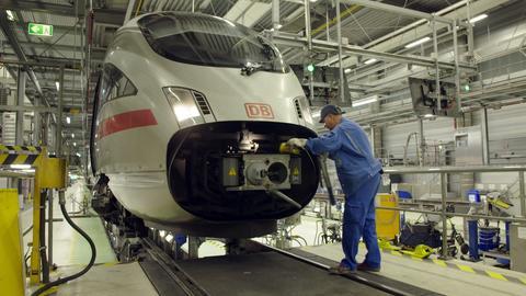 Ein Monteur arbeitet an einem Zug