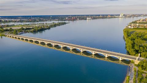 Die MacArthur Bridge ist eine Brücke, die den Detroit River zwischen Detroit, Michigan und Belle Isle überspannt.