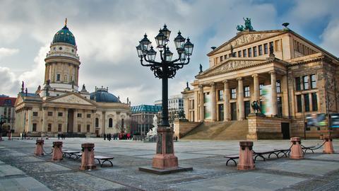 Berliner Gendarmenmarkt: Der Deutsche Dom (links) und das Konzerthaus.