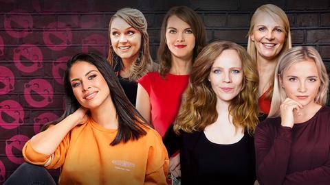 Negah Amiri, Sarah Bosetti, Liza Kos, Vicki Blau, Barbara Ruscher und Lea Hieronymus vor dunkler Backsteinwand mit pinken Smileys.