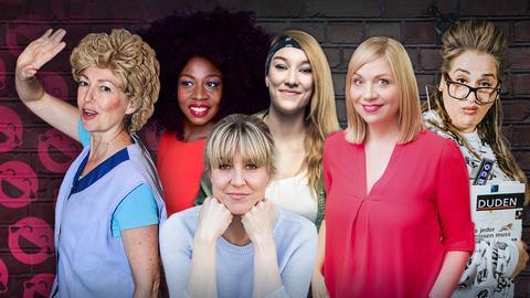 Mit Tamika Campbell, Stefani Kunkel, Jacky Feldmann, Mirja Regensburg, Nora Boeckler, Idil Baydar vor dunkler Backsteinwand mit pinken Smileys.