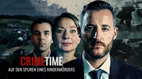 """Drei Mitwirkende, im Hintergrund ist ein Dorf zu sehen. Stimmung eher düster. Textzug: """"Crime Time - Auf den Spuren eines Kindermörders"""""""