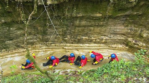 Die Jugendlichen beim Canyoning in einem Gebirgsfluss.