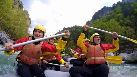 Die Jugendlichen haben Spaß im Boot beim Wildwasserrafting.