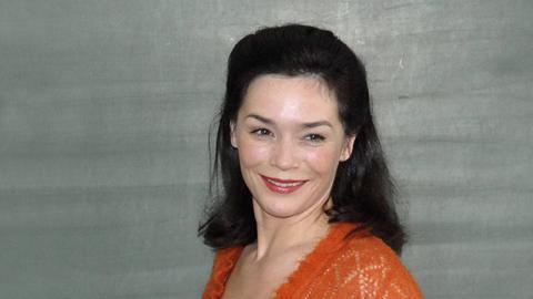 Julia Stemberger vor einer Schultafel