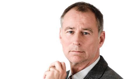 Mathematiklehrer Dr. Karl Kanther (Thomas Schendel).