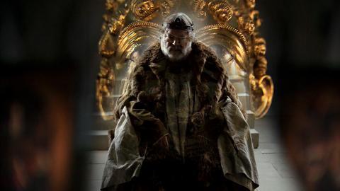 Ein Kaiser stizt auf einem güldenen Thron.