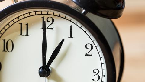Uhr zeigt ein Uhr an