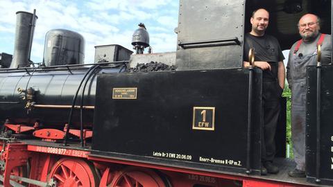 """Mario Schruf (links) und Heiner Cloes von den Eisenbahnfreunden Wetterau auf ihrer Lokomotive """"Friedrich-Karl"""", 1904 gebaut bei Henschel in Kassel."""