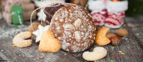Elisenlebkuchen umrahmt von Plätzchen und Weihnachtsdekoration.