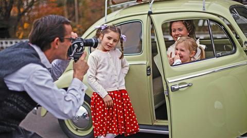 Familie filmt sich mit Super-8-Kamera im Urlaub