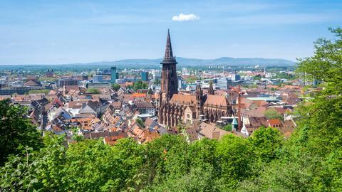 Stadtansicht mit dem Freiburger Muenster im Zentrum.