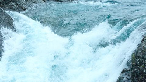 Ein rauschender Gebirgsfluss