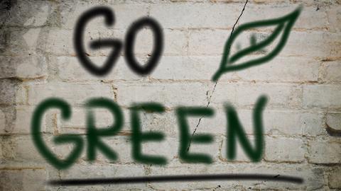 Hauswand mit dem Schriftzug go green