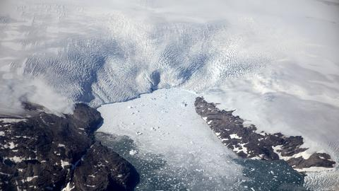 Eisberge brechen von einem Gletscher in einen Fjord in Grönland.