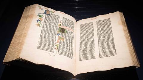 Gutenbergbibel aus dem Besitz der Solms-Laubach Familie (unvollstaendig, gedruckt zwischen 1452-1455) am 17.01.2018 in einer Vitrine im Johannes-Gutenberg-Museum in Mainz.