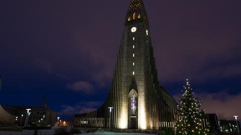 Weihnachtliche Stimmung rund um die Hallgrímskirkja in Islands Hauptstadt Reykjavík.