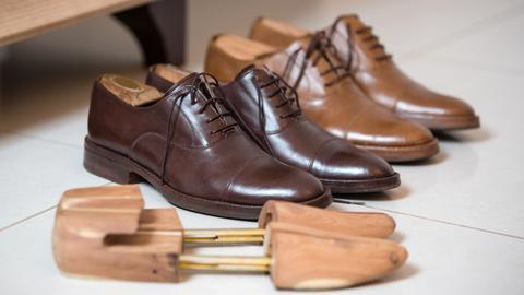 Zwei Paar handgefertigte Herrenschuhe samt Schuhspanner