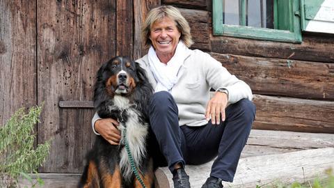 """Sänger Hansi Hinterseer mit seinem Berner Sennenhund """"Quincy""""."""