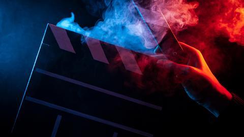 Eine rauchende Filmklappe.