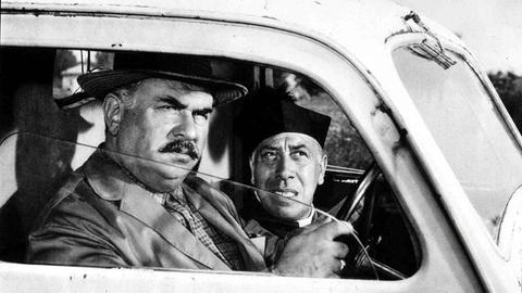 Hochwürden Don Camillo (Fernandel, r.) stattet seinem Dorf einen Besuch ab.