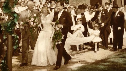 Hochzeitspaar samt Gesellschaft im 1956