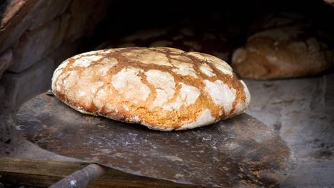Frisch gebackenes Brot aus dem Holzofen