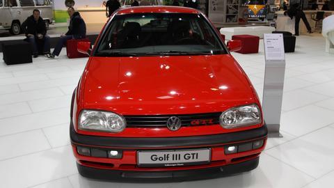 Ein roter VW Golf III GTI Edition 20 (Baujahr 1997) ausgestellt auf einer Oldtimermesse.