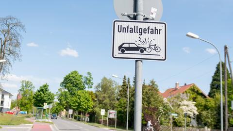Straßenschild mit Unfall-Symbol eines Fahrrads und eines Autos.