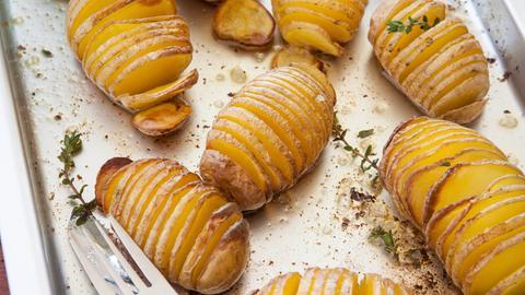Angeschnittene Kartoffeln, die sogenannten Hasselback Potatoes.