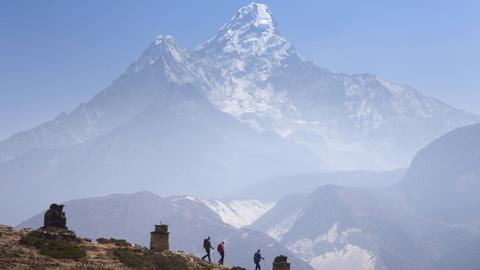 Wanderer vor dem Mount Everest