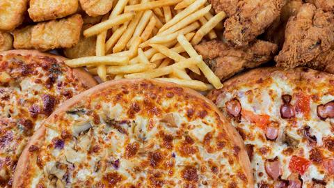 Chicken Nuggets, Pommes, chicken wings und mehrere große Pizzen.