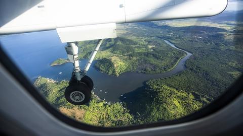 Aufnahme einer Insel aus einem Flugzeug.