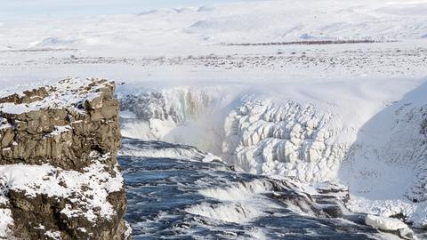 Der winterliche Gullfoss-Wasserfall in Irland