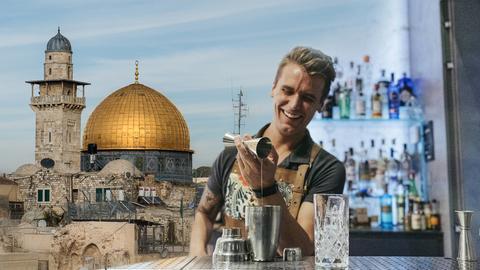 Barkeeper mixt Cocktails, daneben ein religiöses Gebäude.