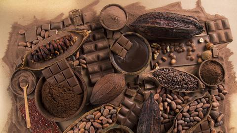 Ein Potpourri aus Kakaobohnen und Schokolade
