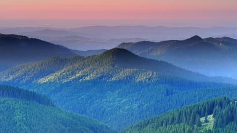 Blick über das Leaota-Gebirge in der Abenddämmerung.