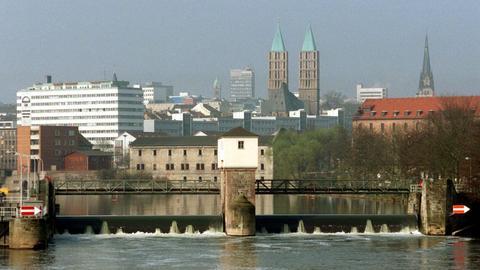 Blick über das Fuldawehr auf die Kasseler Innensadt mit den Doppeltürmen der Martinskirche.