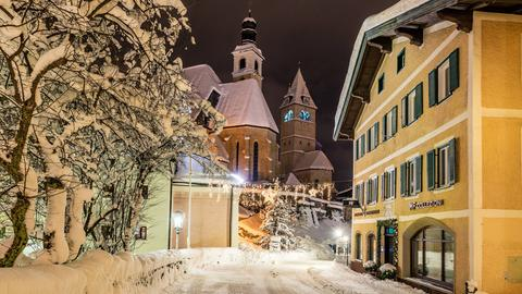 Die verschneite Stadt Kitzbuehel in den morgenstunden aufgenommen.