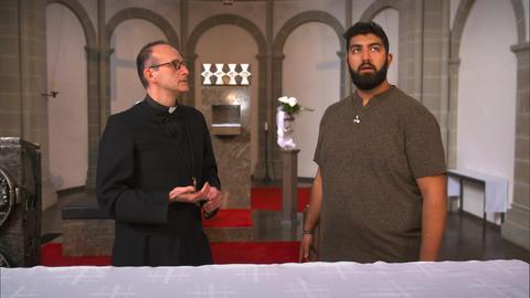Faisal Kawusi mit einem Priester im Kloster